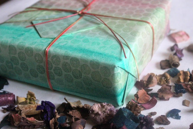 Wrapping Paper made using bubble wrap | 4 ways to make wrapping paper using household items.